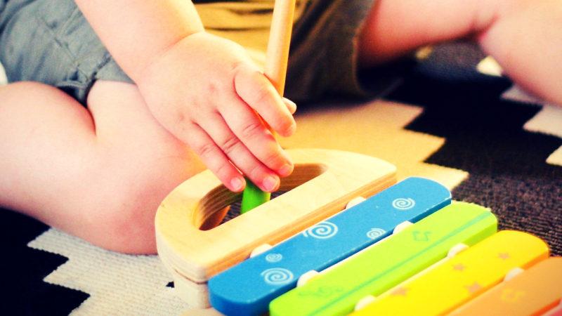 main petit enfant xylophone